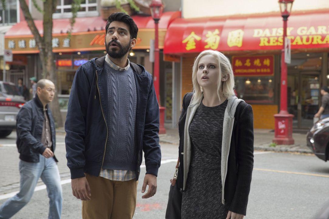 Als ein Toter bei Ravi (Rahul Kohli, l.) und Liv (Rose McIver, r.) auf dem Tisch landet und kein Polizist ermitteln will, nehmen die beiden den Fall... - Bildquelle: Warner Brothers