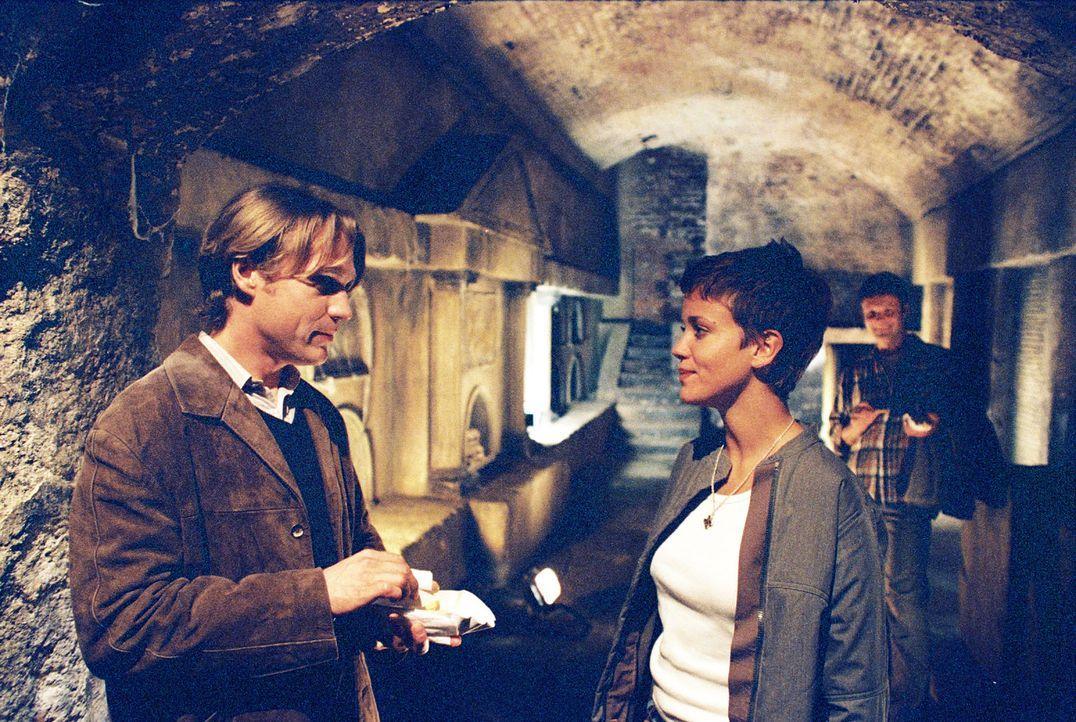 Bea (Muriel Baumeister, M.) ist Single. Zu sehr wird die Wissenschaftlerin durch ihre Forschungen über unterirdische Grabkammern im Herzen von Köln... - Bildquelle: Baus Sat.1