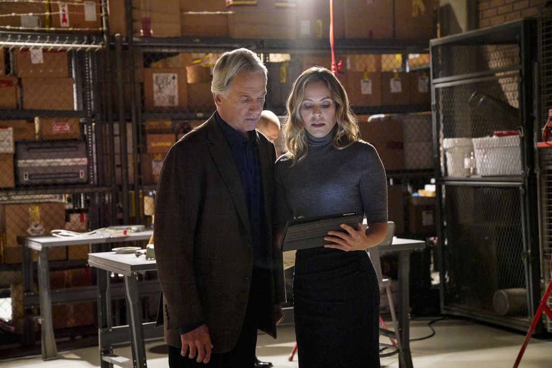 Leroy Jethro Gibbs (Mark Harmon, l.); Jack Sloane (Maria Bello, r.) - Bildquelle: Bill Inoshita 2018 CBS Broadcasting, Inc. All Rights Reserved/Bill Inoshita