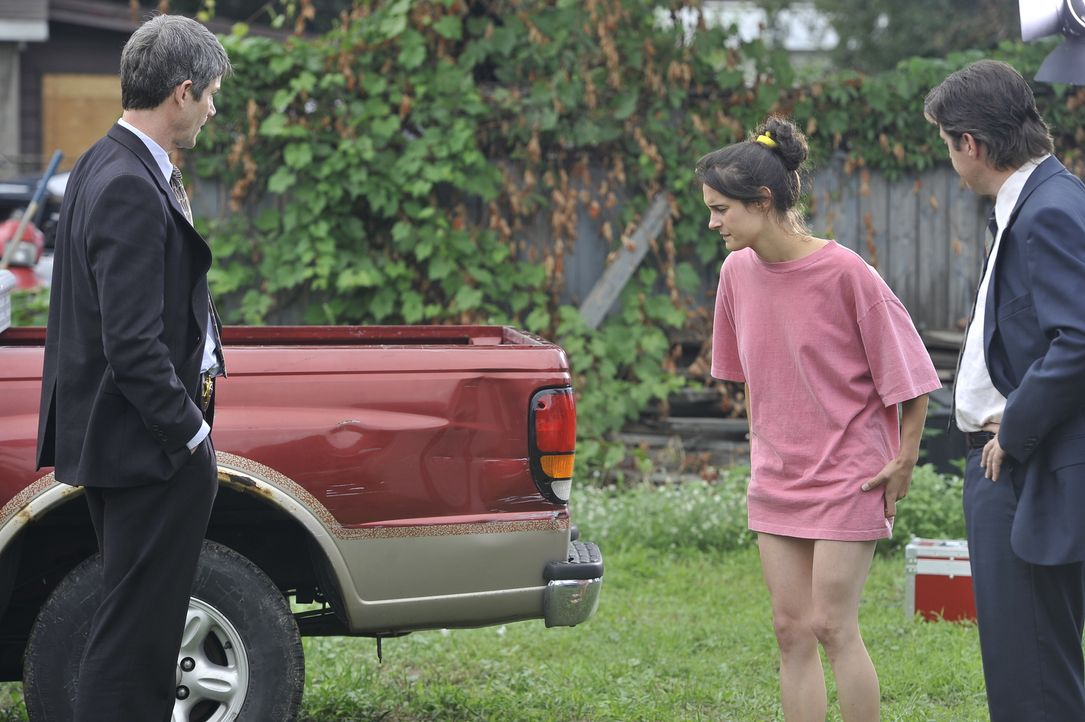 Finden die Detectives Linnert (Rob Trembly, l.) und Weir (Colin Paradine, r.) an dem Auto von Kim (Jen Vien, M.) Hinweise auf den Mörder einer junge... - Bildquelle: Jag Gundu Cineflix 2012