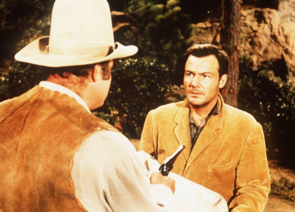 Hoss Cartwright (Dan Blocker, l.) hat den wegen Mordes gesuchten Vance Allen (Logan Field, r.) in dessen Versteck ausfindig gemacht. - Bildquelle: Paramount Pictures