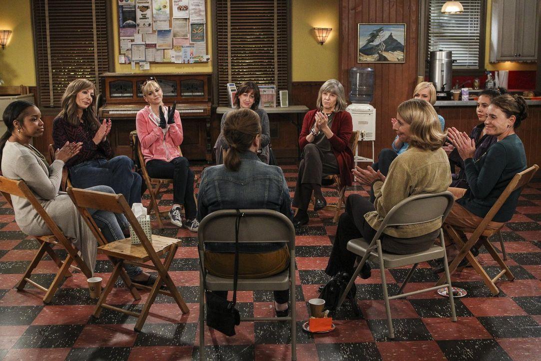 In ihrer Selbsthilfegruppe holen sich Bonnie (Allison Janney, 2.v.l.) und Christy (Anna Faris, 3.v.l.) regelmäßig Rat, doch haben die beiden trocken... - Bildquelle: 2016 Warner Bros. Entertainment, Inc.