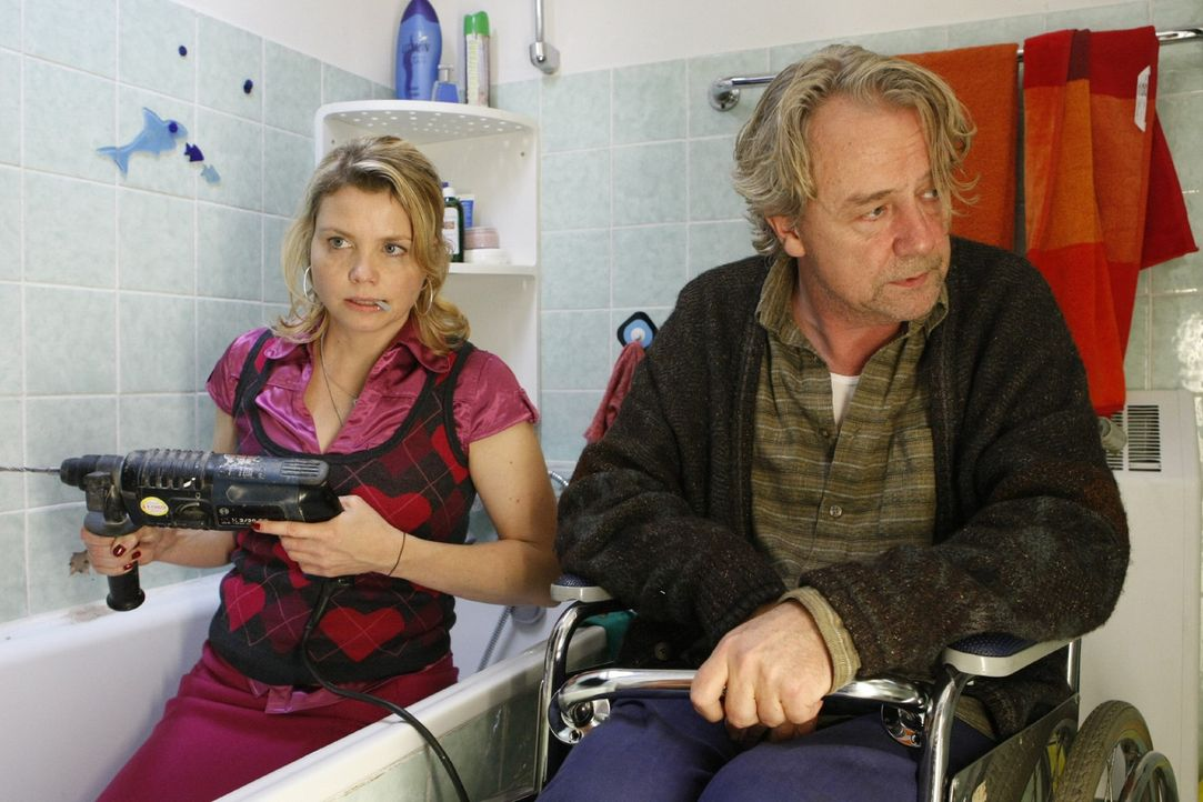Die Familienidylle zwischen Vater (Axel Siefer, r.) und Tochter ist gestört, da Danni (Annette Frier, l.) keinen Job hat. Doch sie hat eine Idee ... - Bildquelle: SAT.1