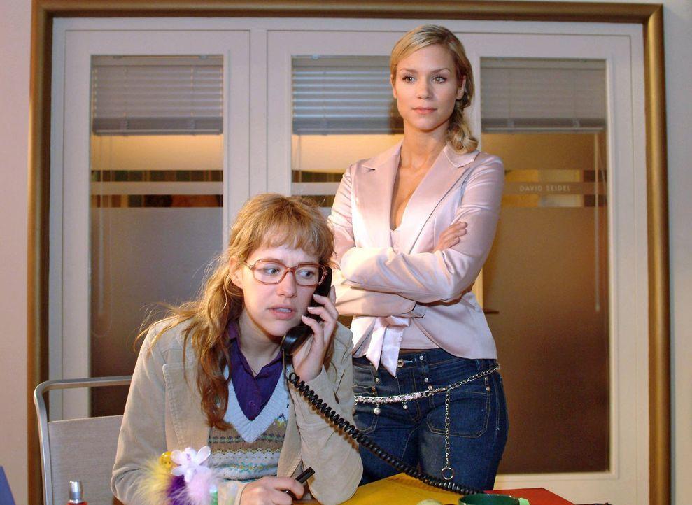 Sabrina (Nina-Friederike Gnädig, r.) ertappt Lisa (Alexandra Neldel, l.) beinahe dabei, wie diese - vergeblich - versucht David vorzuwarnen. Nervös... - Bildquelle: Monika Schürle Sat.1