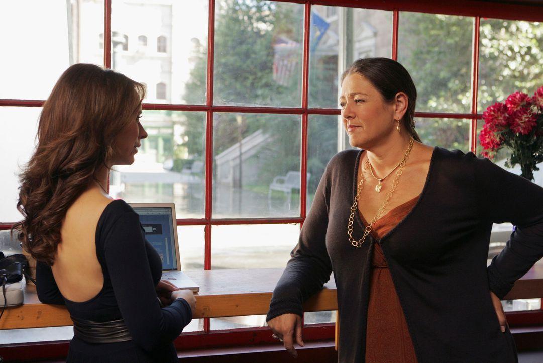Melinda (Jennifer Love Hewitt, l.) erzählt Delia (Camryn Manheim, r.) von dem Geist der jungen Tessa, der sie um Hilfe gebeten hat ... - Bildquelle: ABC Studios