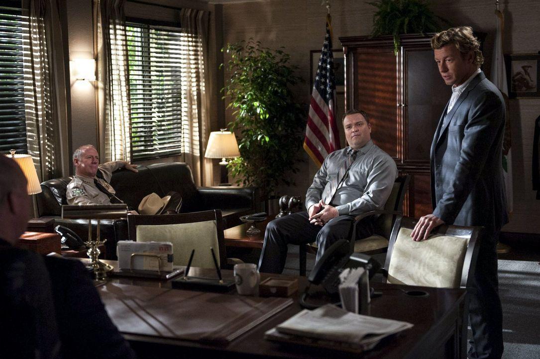 Ermittelt in einem neuen Fall: Patrick Jane (Simon Baker, r.) ... - Bildquelle: Warner Bros. Television