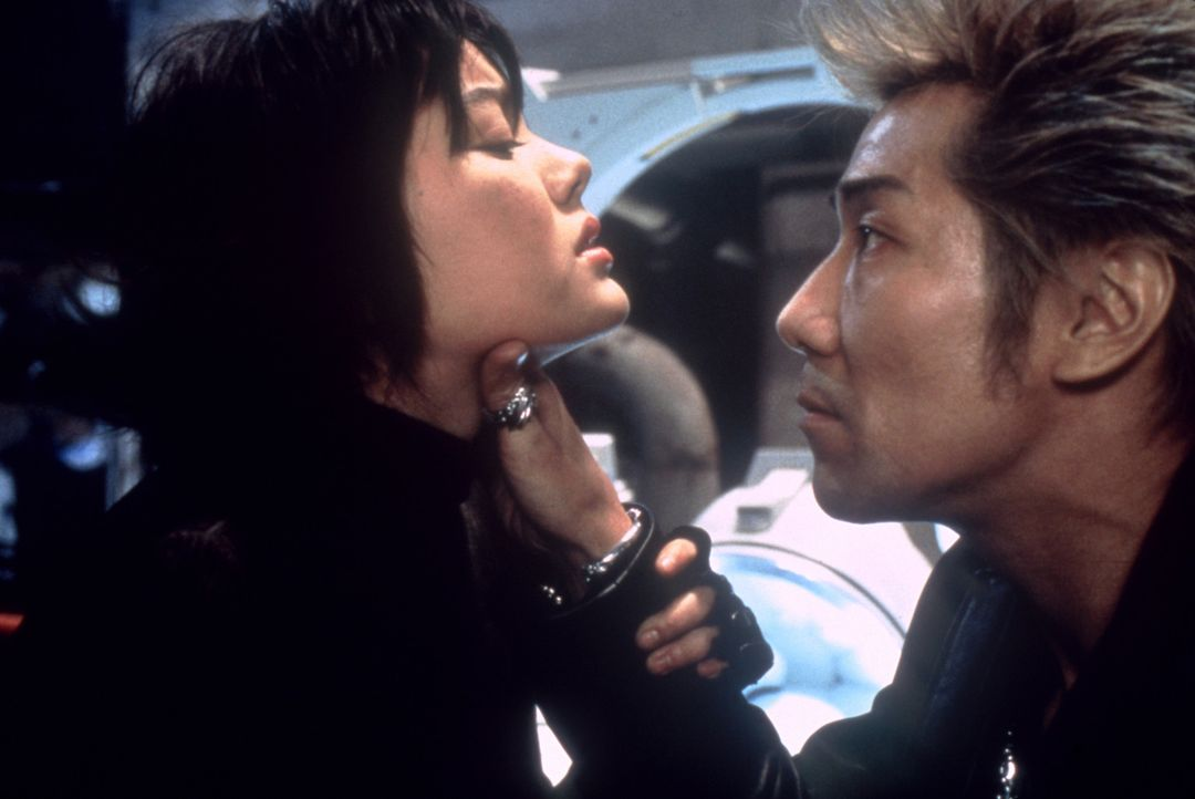 Kaum aus der Zukunft im Jahr 2002 gelandet, wird Milly (Anne Suzuki, l.) klar, dass sie die Welt nur retten kann, wenn sie das gestrandete Alien bef... - Bildquelle: CPT Holdings, Inc.  All Rights Reserved.
