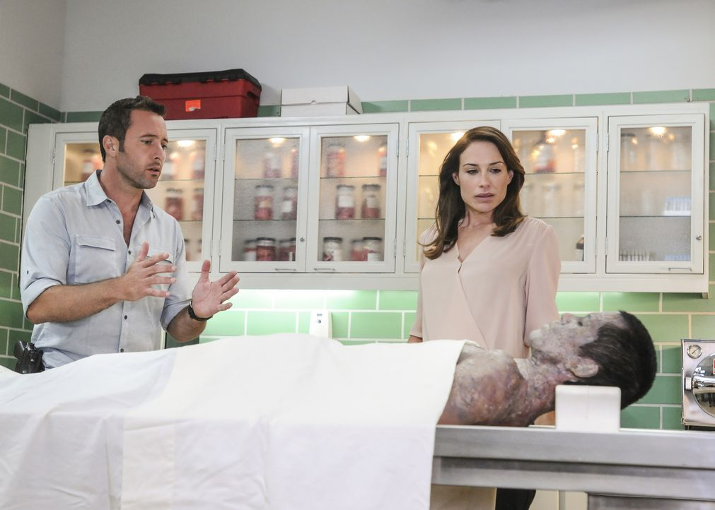 Das Team um Steve (Alex O'Loughlin, l.)  muss die Suche nach dem Schachfiguren-Killer weiter fortsetzen. Als die ehemaligen FBI-Agentin Alicia Brown... - Bildquelle: Norman Shapiro 2016 CBS Broadcasting, Inc. All Rights Reserved