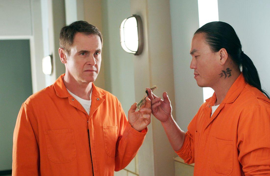 Paul (Mark Moses, l.) bezahlt einen Mithäftling (Steve Kim, r.), damit er Mike zusammenschlägt ... - Bildquelle: 2005 Touchstone Television  All Rights Reserved
