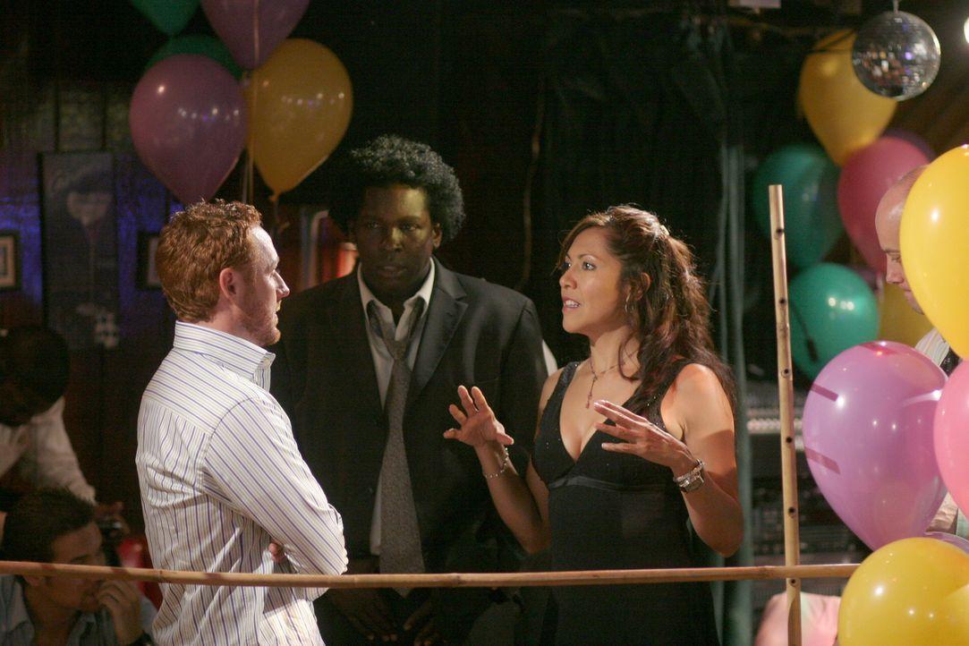Die Hochzeitsfeier von Neela und Michael ist im vollen Gange: Morris (Scott Grimes, l.), Malik (Deezer D., M.) und Chuny (Laura Ceron, r.) ... - Bildquelle: Warner Bros. Television