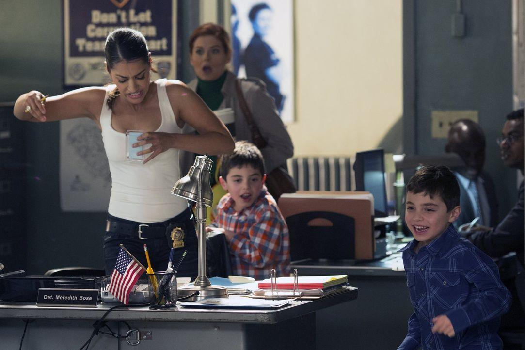 Ist genervt von Laura (Debra Messing, 2.v.l.) und ihren Söhnen Harrison (Vincent Reina, r.) und Nicholas (Charlie Reina, 2.v.r.): Kollegin Detective... - Bildquelle: Warner Bros. Entertainment, Inc.