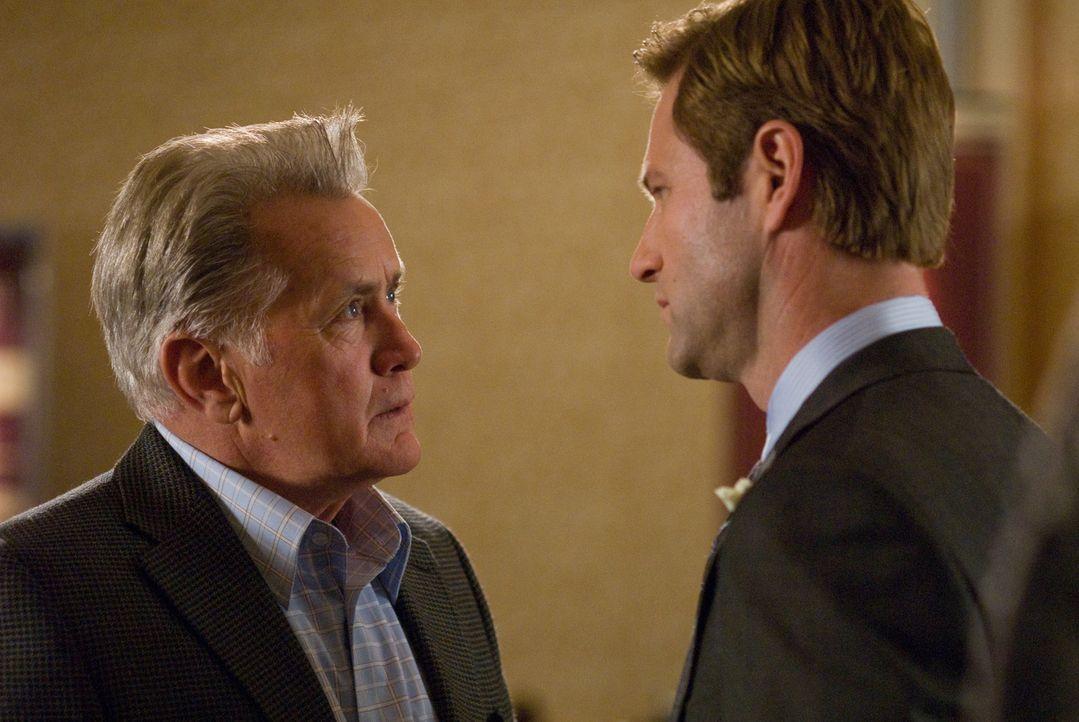 Burke (Aaron Eckhart, r.) weiß nicht so recht wie er sich verhalten soll, als der Vater seiner verstorbenen Frau (Martin Sheen, l.) plötzlich auf... - Bildquelle: Universal Pictures