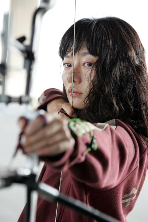 Hyun-seos Tante Nam-Joo (Du-na Bae) ist eine außergewöhnlich gute Bogenschützin. Kann sie das Monster mit Pfeil und Bogen bezwingen? - Bildquelle: MFA