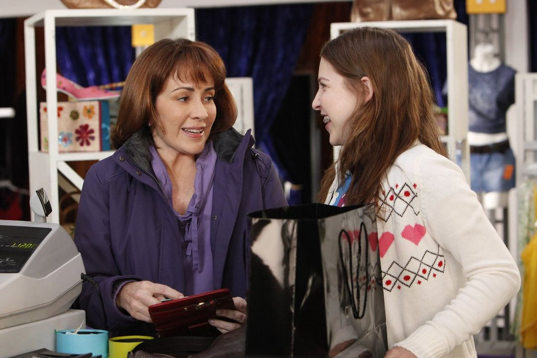 Um in der Schule dazuzugehören, will Sue (Eden Sher, r.) unbedingt ein trendiges Paar Jeans, ob Frankie (Patricia Heaton, l.) sich dazu breitschlage... - Bildquelle: Warner Brothers