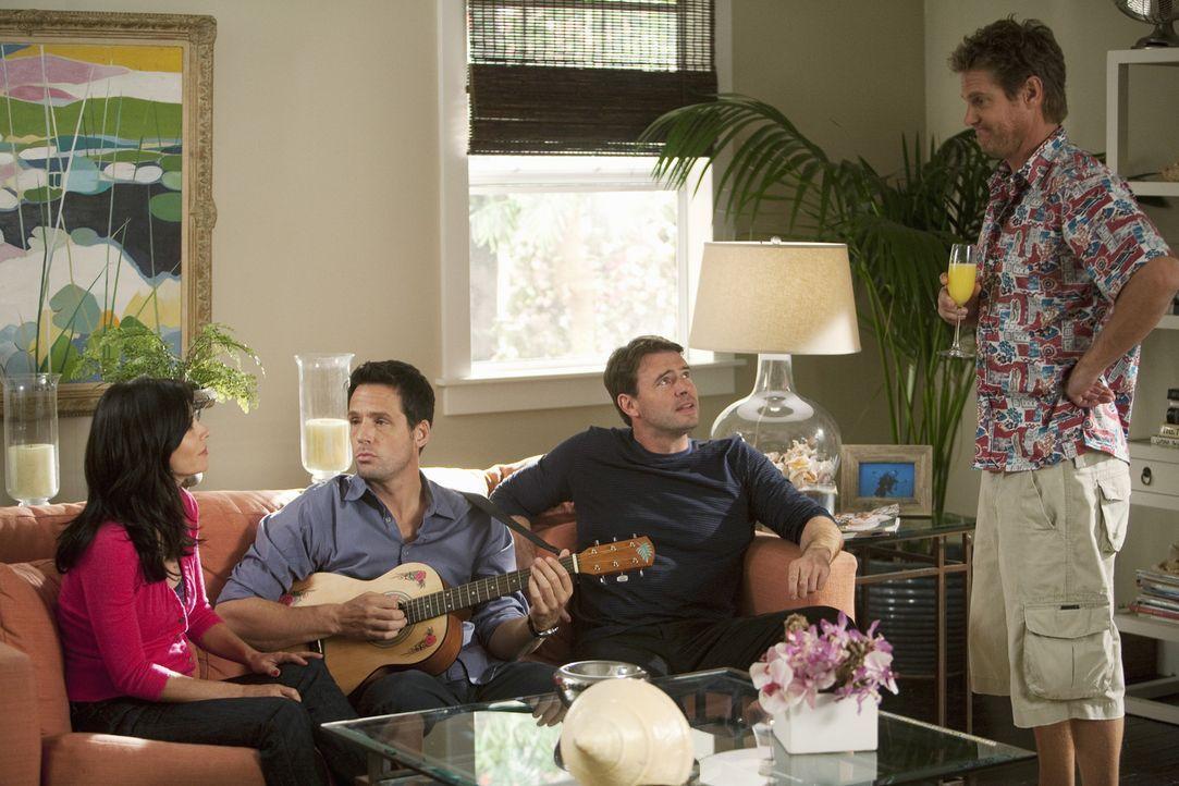 Grayson (Josh Hopkins, 2.v.l.), Jeff (Scott Foley, 2.v.r.) und Bobby (Brian Van Holt, r.) stehen auf Jules (Courteney Cox, l.) - wenn das nicht nach... - Bildquelle: 2009 ABC INC.