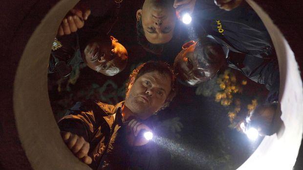 Innerhalb von drei Tagen müssen Backstrom (Rainn Wilson, unten), Officer Moto...