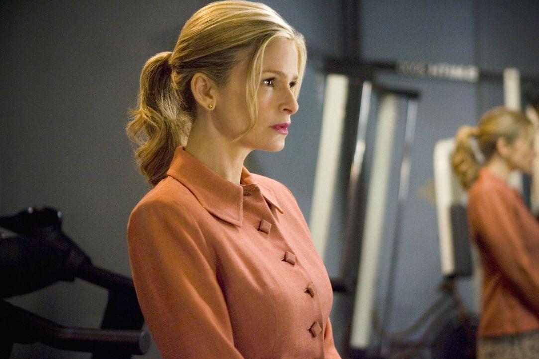 Bei ihren Ermittlungen stellen Brenda (Kyra Sedgwick) und ihr Team fest, dass in der Mordnacht auch der berühmte Schauspieler Whit Coleman im selben... - Bildquelle: Warner Brothers
