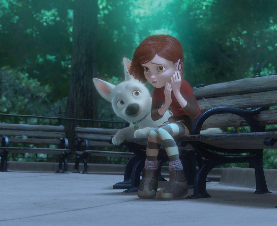 Der Hund Bolt (l.) und seine Besitzerin Penny (r.) sind die Hauptdarsteller einer sehr erfolgreichen Serie in der die beiden viele aufregende Abente... - Bildquelle: Disney Enterprises, Inc.  All rights reserved