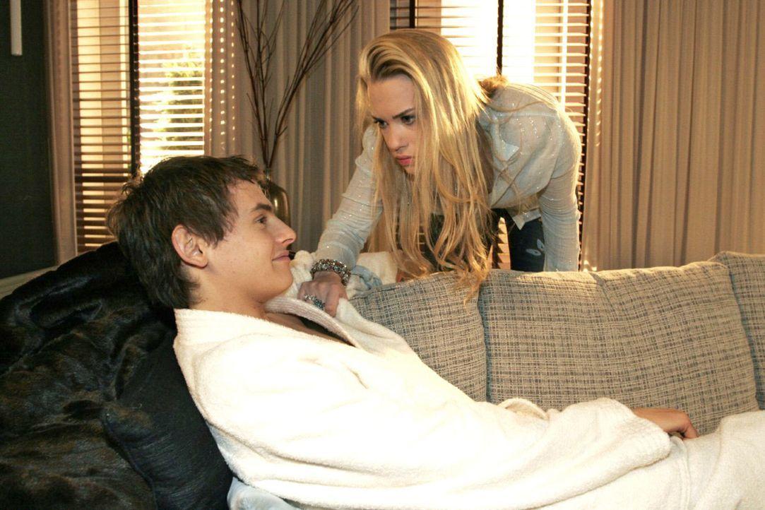 Kim (Lara-Isabelle Rentinck, r.) möchte nicht, dass Alexander (Shai Hoffmann, l.) vor anderen über ihr erotisches Abenteuer spricht. - Bildquelle: Noreen Flynn Sat.1