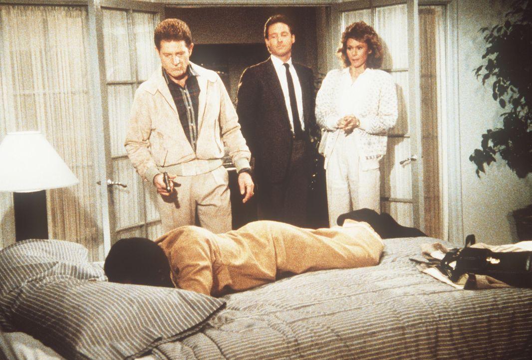 (v.l.n.r.) Joe (Sam Melville), Lee (Bruce Boxleitner) und Amanda (Kate Jackson) stellen Inspektor Shamba (Garrett Morris, liegend) ...