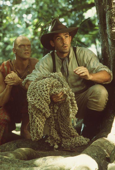 Der Fährtensucher Karait (Dyrk Ashton) und der Tierfänger Harrison (Bill Campbell) sind auf der Jagd nach dem Dschungelboy ... - Bildquelle: MDP WORLDWIDE