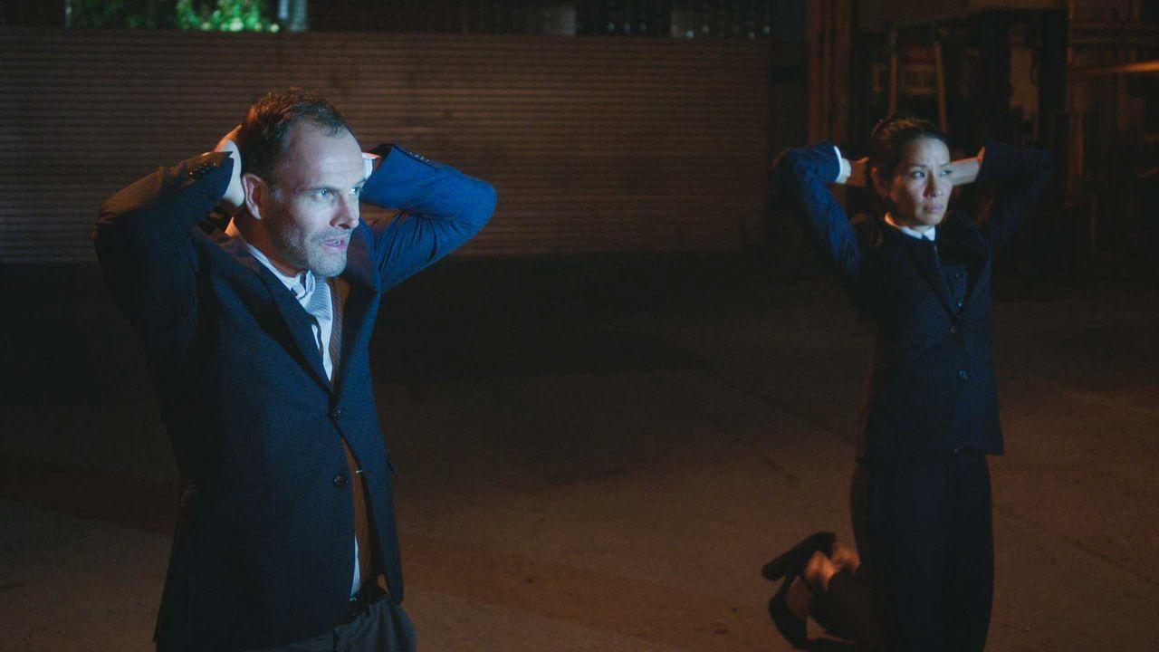 Sherlock Holmes (Jonny Lee Miller, l.) und Dr. Watson (Lucy Liu, r.) geraten in ihrem neuen Fall in unerwartete Schwierigkeiten ... - Bildquelle: 2018 CBS Broadcasting, Inc. All Rights Reserved.