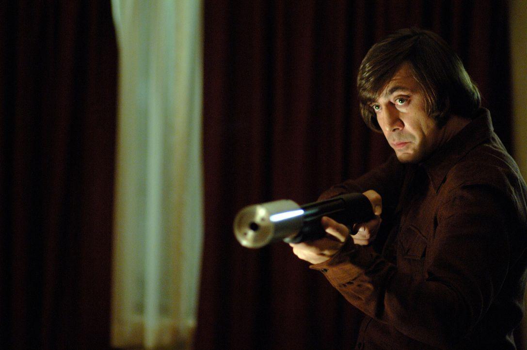 Noch glaubt Llewelyn Moss, dass er Anton Chigurh (Javier Bardem) umstimmen kann, wenn er das Geld rausrückt. Doch eine Bestie sollte man niemals rei... - Bildquelle: 2008 by PARAMOUNT VANTAGE, a Division of PARAMOUNT PICTURES, and MIRAMAX FILM CORP. All Rights Reserved.