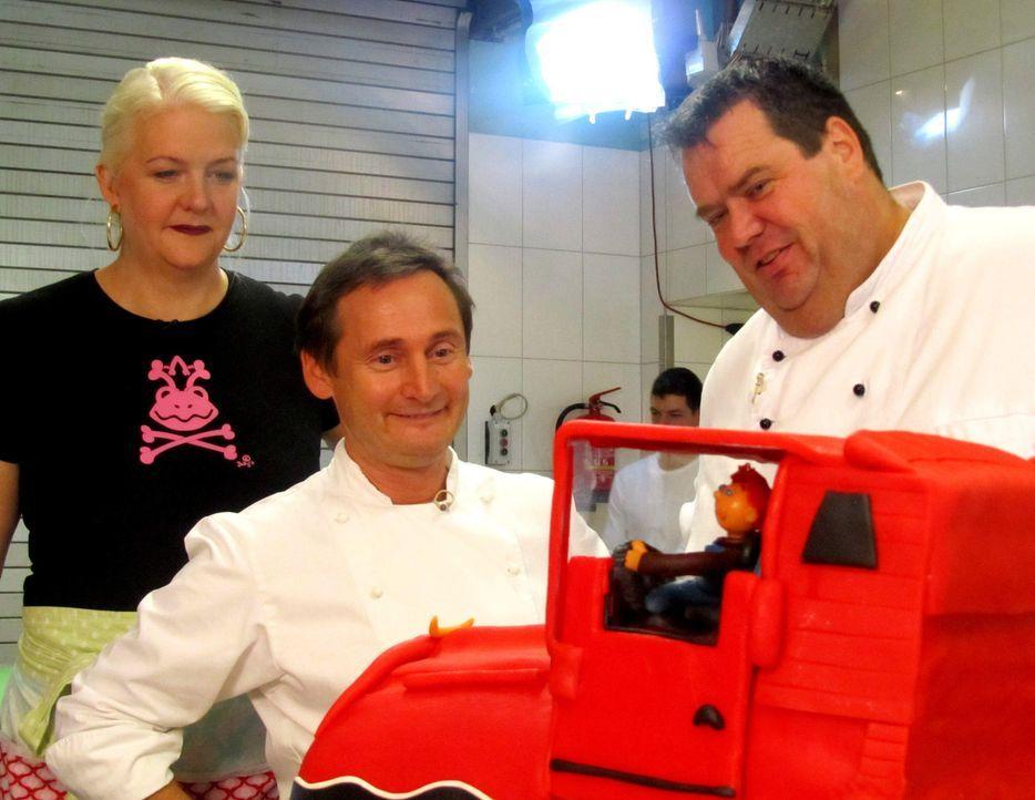 Der Auftrag von Betty (l.), Frank Steidl (M.) und Thomas Horn (r.): ein XXL-Kuchen für den Hamburger Autohof Altenwerder. Die Betreiber wollen sich... - Bildquelle: kabel eins