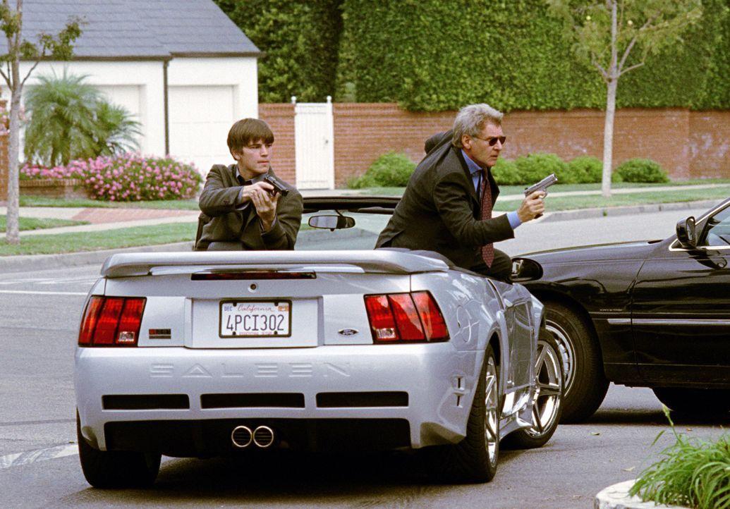 Neben ihren diversen Nebentätigkeiten sollen die beiden Hollywood Cops Joe Gavilan (Harrison Ford, r.) und K.C. Calden (Josh Hartnett, l.) von der... - Bildquelle: 2003 Sony Pictures Television International. All Rights Reserved.