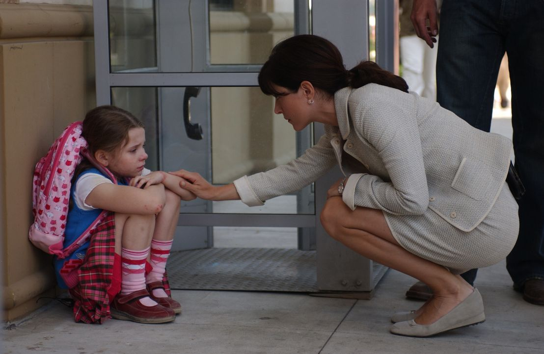 Kate (Sasha Alexander, r.) und den anderen gelingt es Sandy (Abigail Breslin, l.) freizubekommen ... - Bildquelle: CBS Television