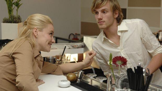 Agnieszka (l.) verliert ihren angeblich 5000,- Euro teuren Ring in einem Café...