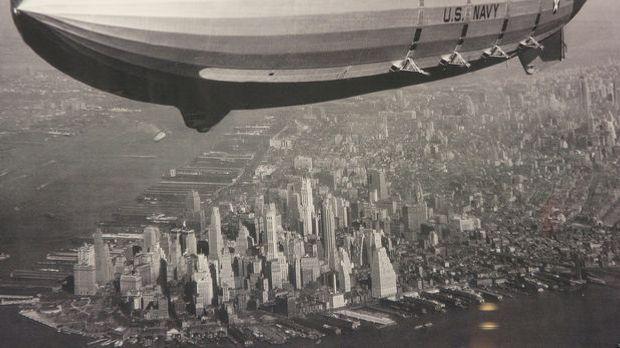 In den 1920er und 30er Jahren sind Zeppeline am Himmel keine Seltenheit.