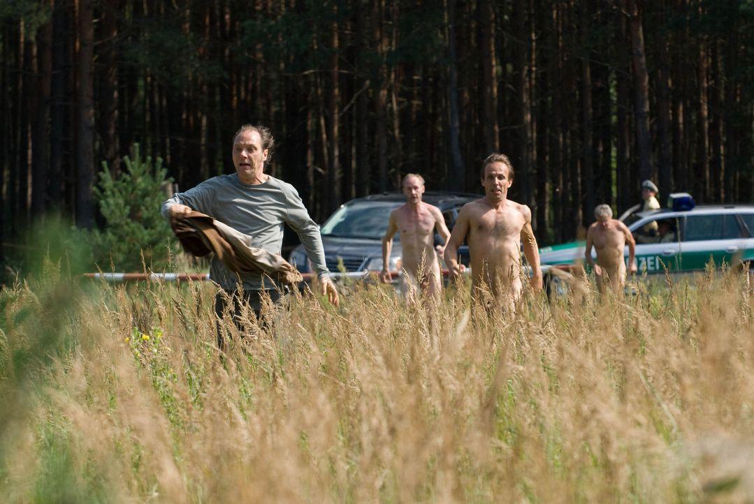 Auf der Flucht vor der Polizei: Helmut (Martin Brambach, l.) und seine Nudistenfreunde ... - Bildquelle: Gordon Mühle Sat.1
