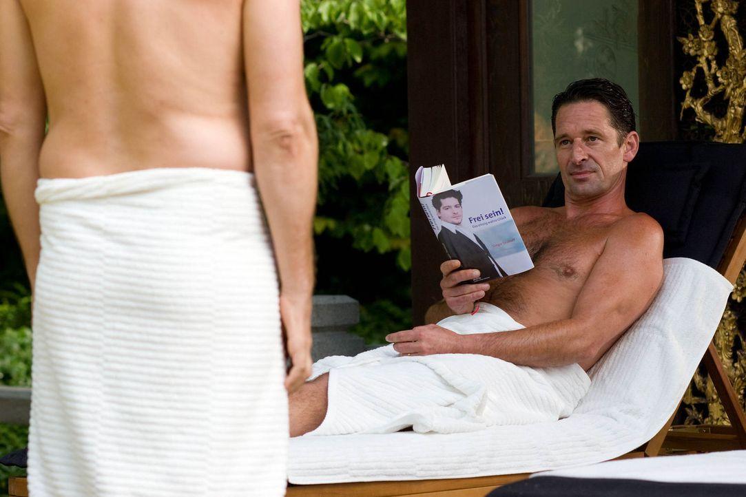 Um den vermeintlichen Nebenbuhler auszustechen, besucht Max (Max Tidof) nicht nur dessen Selbstfindungsseminare und liest dessen Bücher, sondern er... - Bildquelle: Chris Hirschhäuser Sat.1