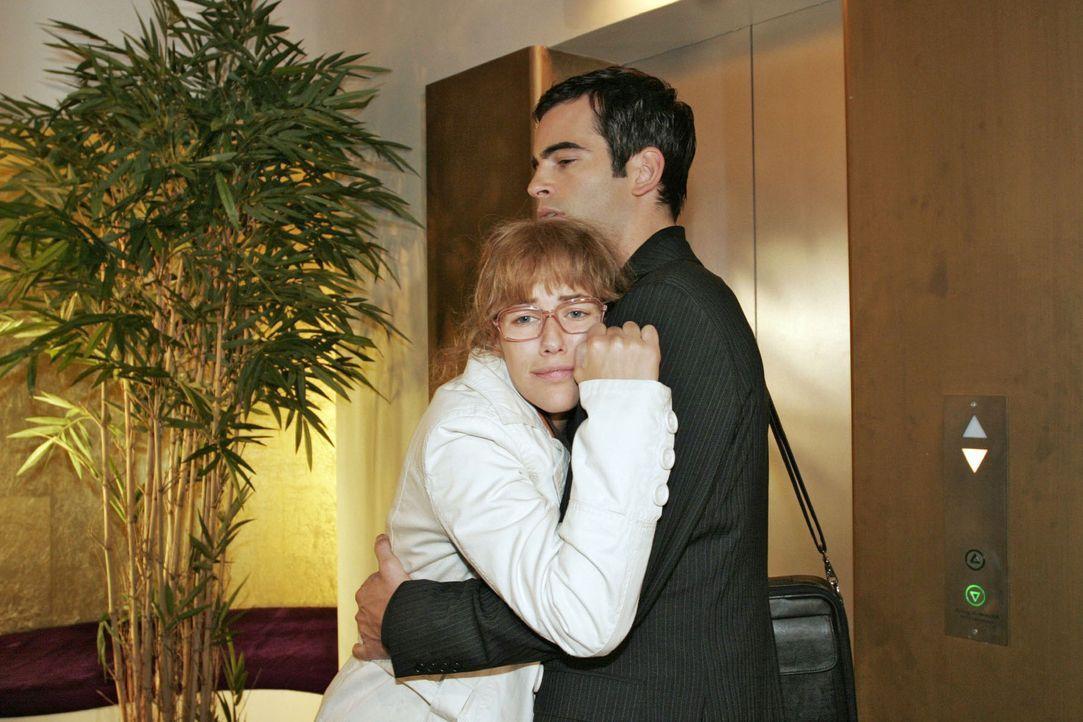 David (Mathis Künzler, r.) trifft Lisa (Alexandra Neldel, l.) nach ihrem Arztbesuch in einem äußerst desolaten Zustand an ... (Dieses Foto von Al... - Bildquelle: Noreen Flynn Sat.1