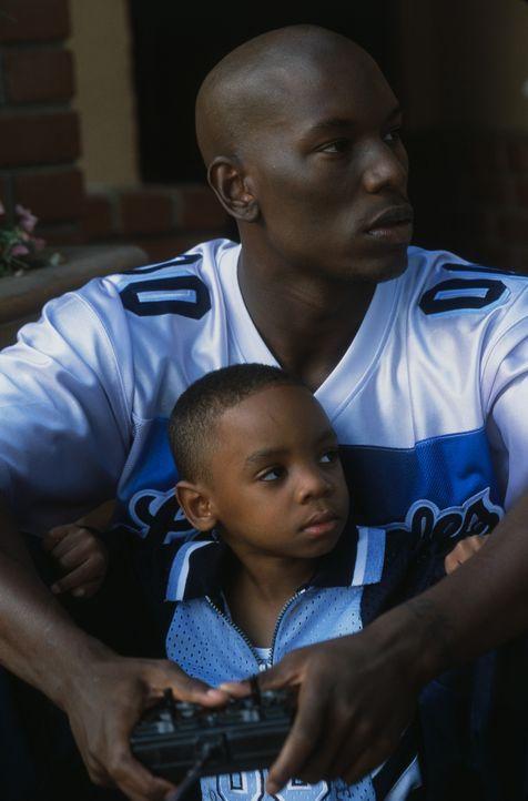 Der erst 20-jährige Jody (Tyrese Gibson, hinten) ist bereits Vater eines Sohnes (Kaylan Bolton, vorne), um den er sich rührend kümmert ... - Bildquelle: 2003 Sony Pictures Television International