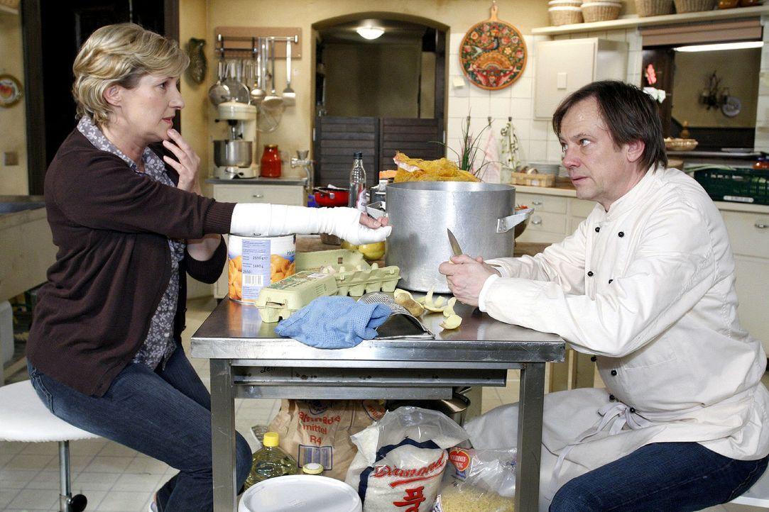 Da Susanne (Heike Jonca, l.) für zwei Wochen krank geschrieben ist, will Armin (Rainer Will, r.) sich als Ersatzkoch probieren. - Bildquelle: Noreen Flynn Sat.1