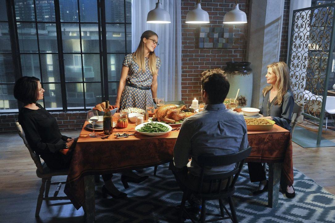 Als sich Alex (Chyler Leigh, l.), Kara (Melissa Benoist, 2.v.l.), Winn (Jeremy Jordan, 2.v.r.) und Eliza (Helen Slater, r.) um den Thanksgiving-Tisc... - Bildquelle: 2015 Warner Bros. Entertainment, Inc.