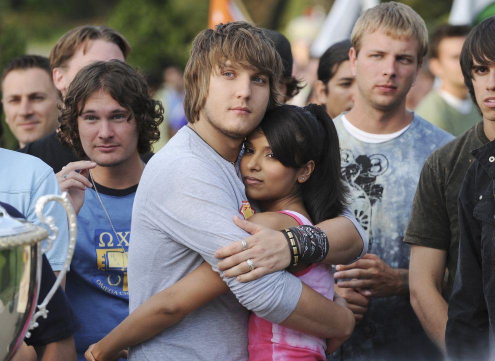 Sind glücklich: Cappie (Scott Michael Foster, l.) und Rebecca (Dilshad Vadsaria, r.) ... - Bildquelle: 2008 ABC Family