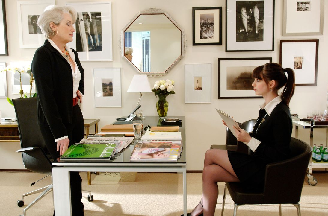 Könnten unterschiedlicher nicht sein: Chefredakteurin Miranda Priestly (Meryl Streep, l.) und ihre zweite Assistentin Andy (Anne Hathaway, r.). Doch... - Bildquelle: 2006 Twentieth Century Fox