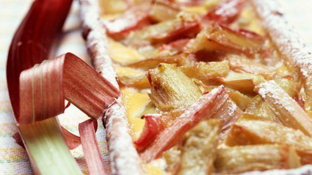 Frisch gebackener Rhabarberkuchen