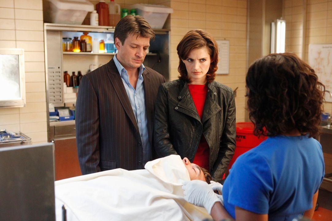 Ist die Leiche in der Gerichtsmedizin wirklich die von Steven Fletcher? Beckett (Stana Katic, M.) und Castle (Nathan Fillion, l.) hoffen, dass ihnen... - Bildquelle: ABC Studios