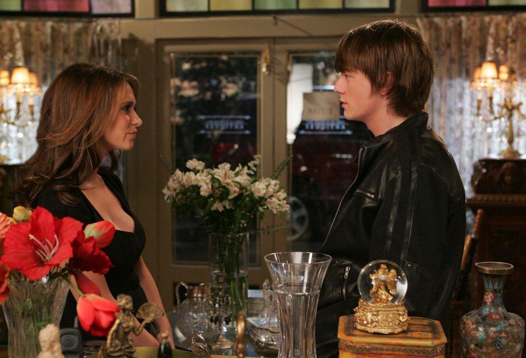 Ned (Christoph Sanders, r.) erzählt Melinda (Jennifer Love Hewitt, l.) von seiner Vermutung, von einem Geist verfolgt zu werden ... - Bildquelle: ABC Studios