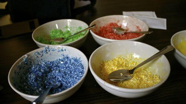 Lebensmittelfarbe gibt es flüssig oder als Granulat – beides macht Getränke u...