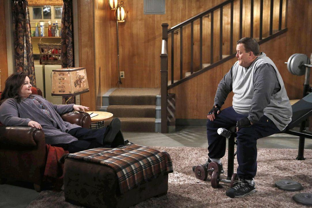 Da Mike (Billy Gardell, r.) und Molly (Melissa McCarthy, l.) ein Baby wollen, plant Mike einen Fruchtbarkeittest, damit er sicher gehen kann, dass b... - Bildquelle: Warner Brothers