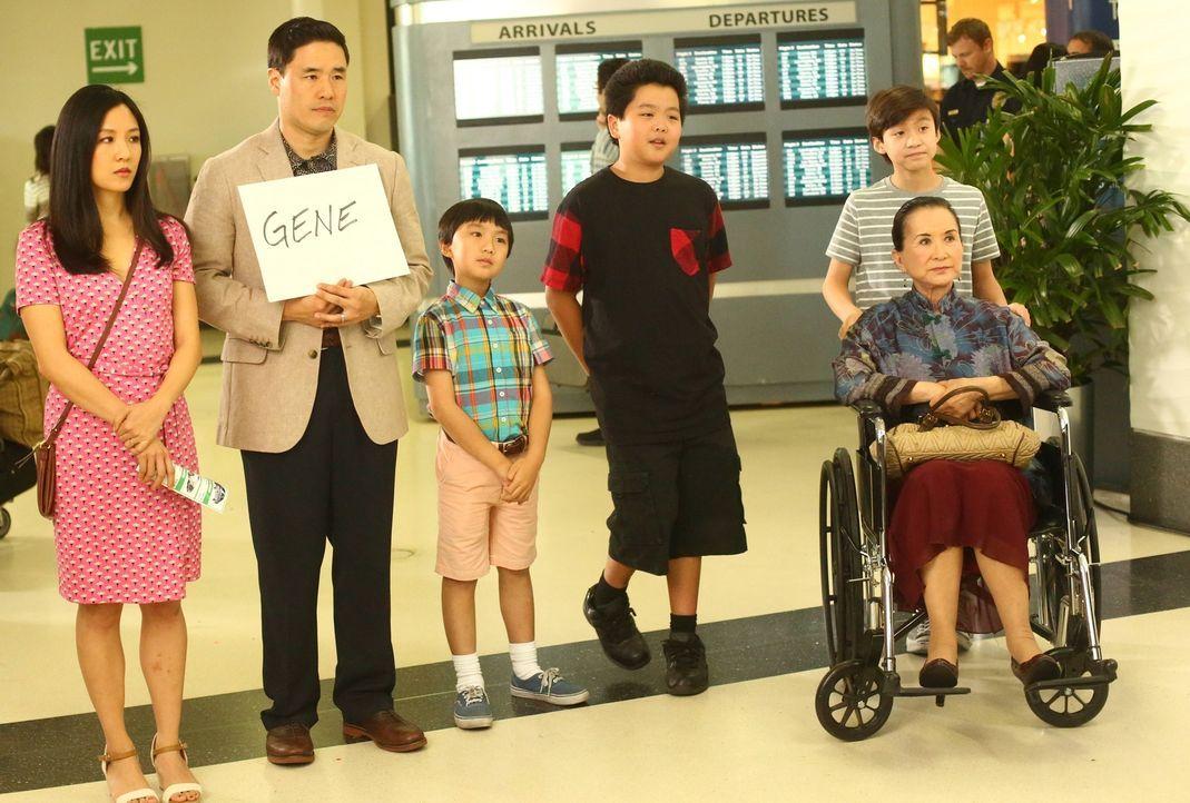 Louis' (Randall Park, 2.v.l.) Bruder Gene reist aus Taiwan an, um ihm und dem Rest der Familie Huang (Constance Wu, l., Ian Chen, 3.v.l., Hudson Yan... - Bildquelle: 2015-2016 American Broadcasting Companies. All rights reserved.