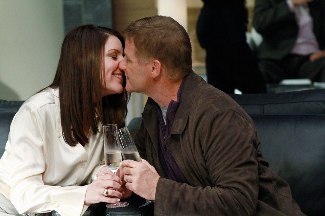 Noch ahnen Tom (Doug Savant, r.) und Jane (Andrea Parker, l.) nicht, dass Lynette ihre geplante Reise zerstören wird ... - Bildquelle: ABC Studios