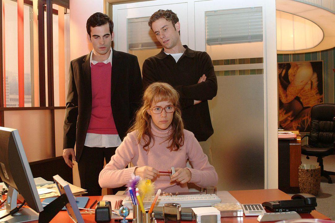 Lisa (Alexandra Neldel, M.) ist wütend und versucht sich mit dem Spitzen von Bleistiften abzureagieren. David (Mathis Künzler, l.) und Max (Alexande... - Bildquelle: Monika Schürle Sat.1
