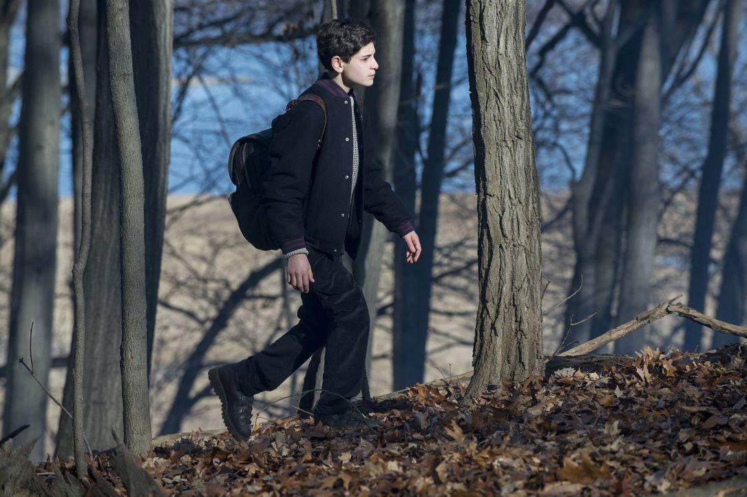 Bruce (David Mazouz) geht auf eine wichtige Wanderung, die er sonst immer mit seinem Vater durchgeführt hat, in den Wald, während Gordon und Bullock... - Bildquelle: Warner Bros. Entertainment, Inc.
