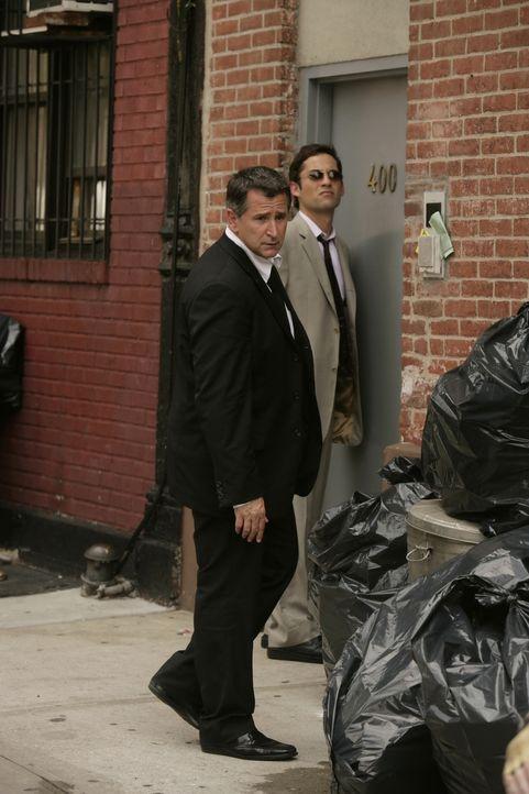 Jack Malone (Anthony LaPaglia, l.) und Danny Taylor (Enrique Murciano, r.) sind auf der Suche nach einem verschwundenen Teenager … - Bildquelle: Warner Bros. Entertainment Inc.